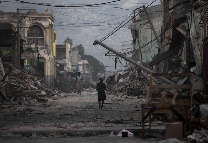 Panorámica de una de las calles de Puerto Príncipe, en Haití, tras el terrible terremoto que segó miles de vidas en enero de 2010. (Foto: AP)