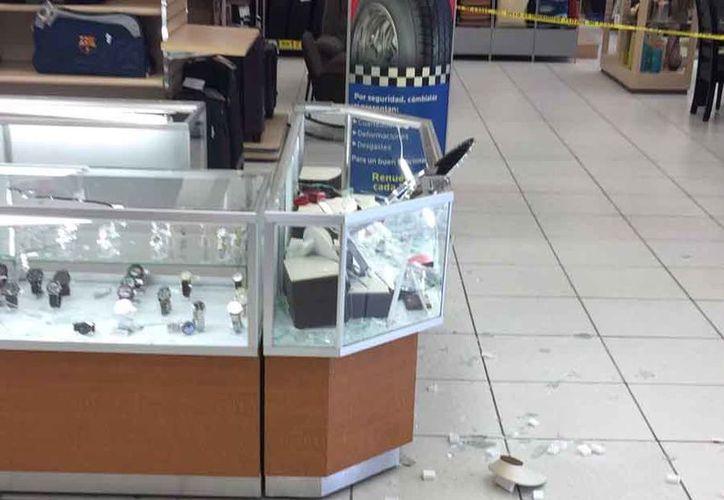 Los amantes de lo ajeno causaron destrozos en la tienda. (Redacción)