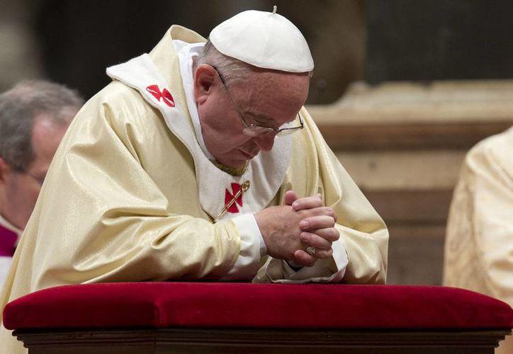 Aunque pareció un tanto somnoliento, Francisco celebró la misa con su conducta habitual. (Agencias)