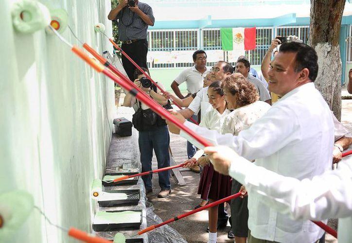 """Rolando Zapata Bello participó en las labores de mantenimiento en la escuela """"Rodolfo Menéndez de la Peña"""". (Milenio Novedades)"""