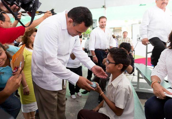 El Gobernador entregó un par de anteojos a algunos menores. (Milenio Novedades)