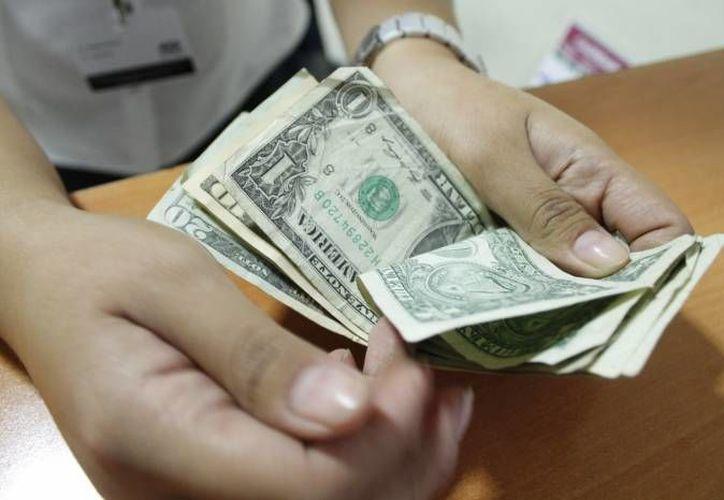 El dólar se vendió a 16 pesos por algunas instituciones financieras. (Archivo/SIPSE)