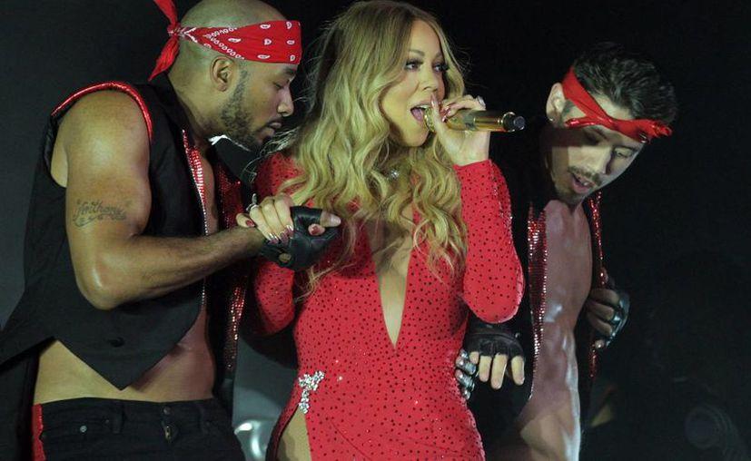 Mariah Carey ofreció un recorrido por sus más grandes éxitos de su larga trayectoria artística. Además realizó un pequeño homenaje a Michael Jackson. (Notimex)