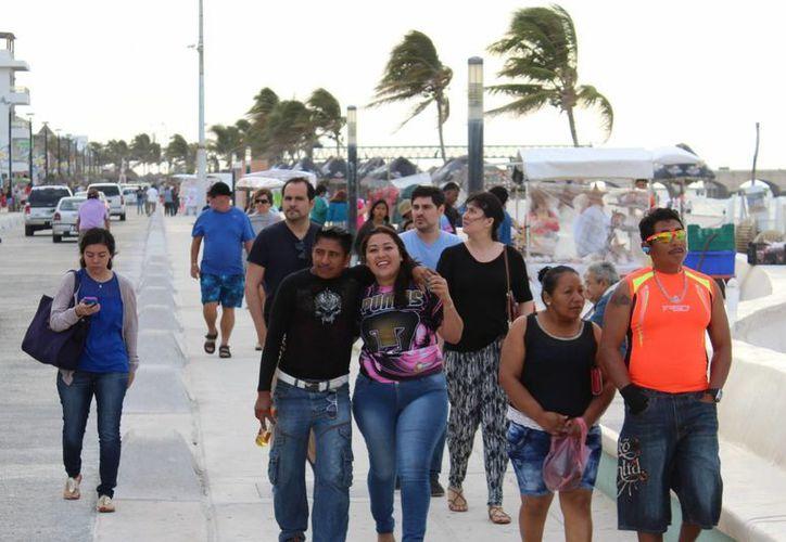 A pesar del clima fresco, los vacacionistas llegaron desde temprano para recorrer el malecón de Progreso y comer a la orilla de la playa. (Milenio Novedades)