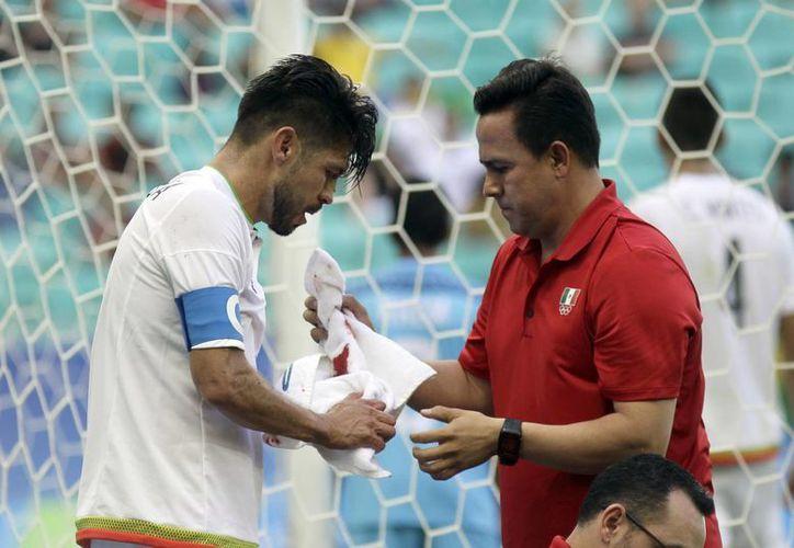 Tras el choque con el arquero de Fiji, Oribe Peralta sufrió fractura de nariz. (AP Photo/Arisson Marinho)