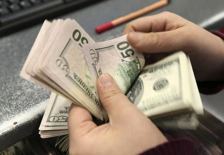 La disminución de las reservas en la semana se debió a la venta de mil millones de dólares. (Archivo/AP)