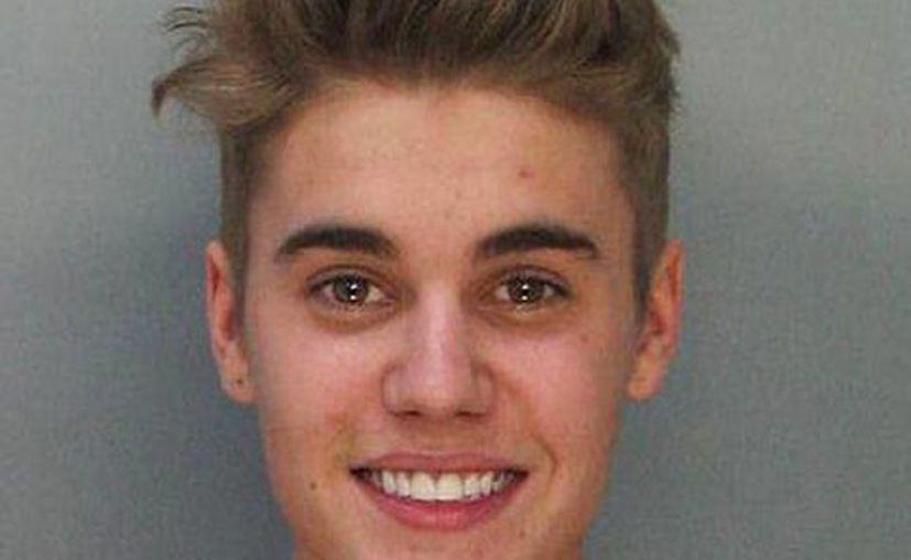 Justin Bieber sonríe en su ficha policial, tras ser detenido en las calles de Miami Beach (Agencias)