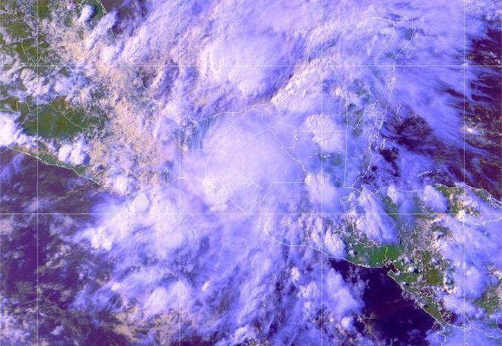 La depresión tropical se combina con una zona de baja presión, con 10% de potencial ciclónico, ubicada en el sur del Golfo de México. (Redacción/SIPSE)