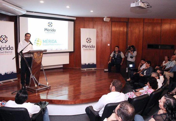 El alcalde Mauricio Vila recibió los resultados de una evaluación realizada por un panel de 34 expertos en materia de Derechos Culturales. (Foto cortesía)