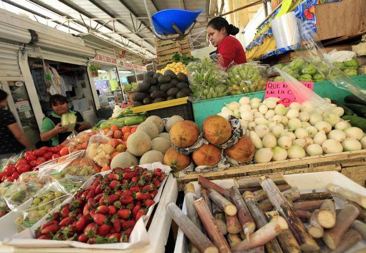 Entre los productos agropecuarios que disminuyeron su precio figura el grupo de frutas y verduras con una reducción de 2.32 por ciento. (Archivo/Notimex)