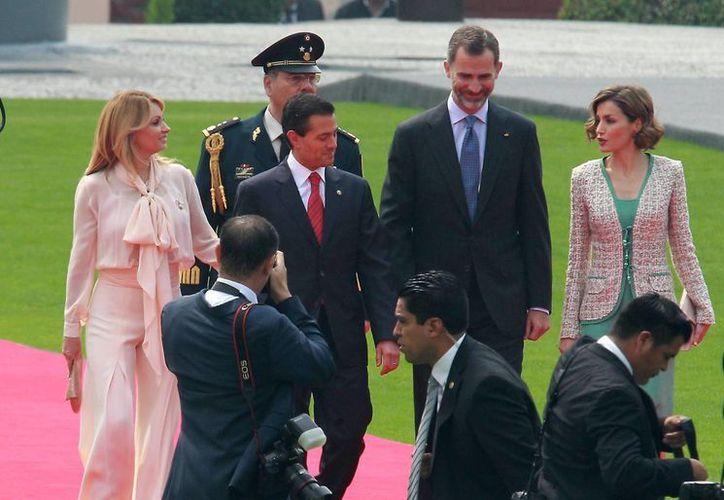 Arribo de los reyes de España, Felipe VI y Letizia al Campo Marte, donde fueron recibidos por el presidente Enrique Peña Nieto y su esposa Angélica Rivera. (Notimex)