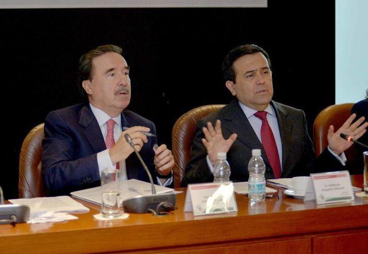 Emilio Gamboa (i) respaldó al INE. En esta foto aparece junto con el secretario de Economía, Ildefonso Guajardo Villareal. (Notimex/Foto de archivo)