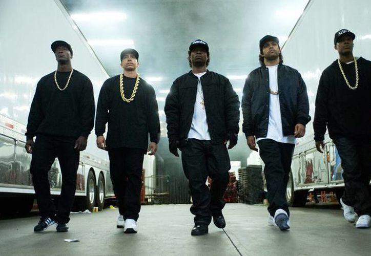 """De izquierda a derecha Aldis Hodge como MC Ren; Neil Brown Jr. como DJ Yella; Jason Mitchell como Eazy-E; O'Shea Jackson Jr. como Ice Cube y Corey Hawkins como Dr. Dre en la cinta , """"Straight Outta Compton"""". La cinta de Universal Pictures sobre los músicos raperos rebasó todos los pronósticos y fue la número uno en las taquillas de Estados Unidos y Canadá en su estreno de fin de semana con una recaudación de 56.1 millones de dólares. (Vía AP Foto/Jaimie Trueblood/Universal Pictures)"""