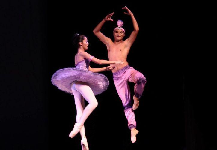 Vistosas coreografías presentaron los bailarines. (Jorge Acosta/SIPSE)