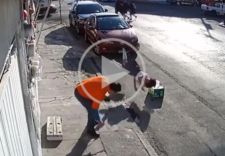 Una persona que también caminaba por la calle, intentó ayudar a la mujer. (Foto: Captura de pantalla)