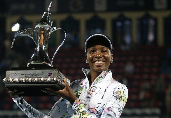 Venus Williams se llevó el gran premio del torneo WTA de Dubai tras imponerse por 6-3 y 6-0 a la francesa Alize Cornet. (Agencias)