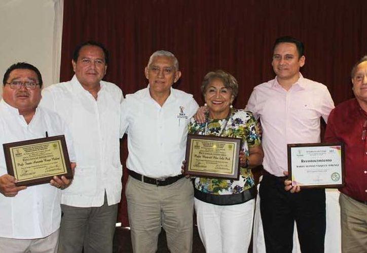 María del Pilar Solís Pech, Aída Herrera Castillo, Alvar Lavadores, Fausto Braga y Mario Vázquez fueron los docentes que recibieron el homenaje por parte de la Segey y el Idey.(Sipse)