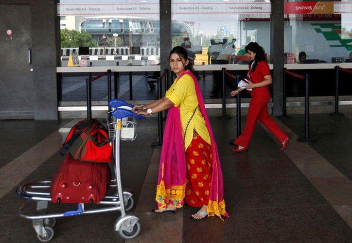 Una pasajera camina con su equipaje en el aeropuerto internacional de Mumbai. (Imagen Ilustrativa/RT)