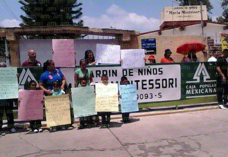 Alumnos y padres de familia del Jardín de Niños María Montessori se manifestaron este domingo en respaldo de la maestra Karla. (Julieta Ortiz/am.com.mx)