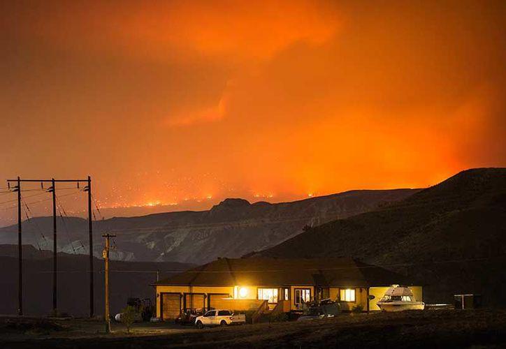 Más de mil 600 bomberos y personal de apoyo luchan contra las llamas en California. (Excelsior)