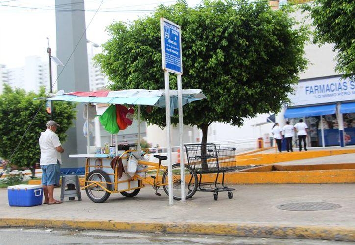 En los comercios informales se venden comida, dulces y aguas. (Redacción)