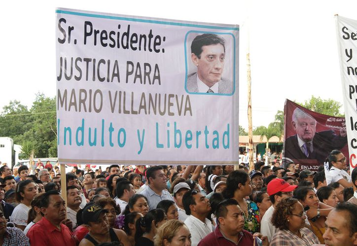 """Algunas personas mostraron una manta con el mensaje """"Justicia para Mario Villanueva, indulto y libertad"""". (Notimex)"""