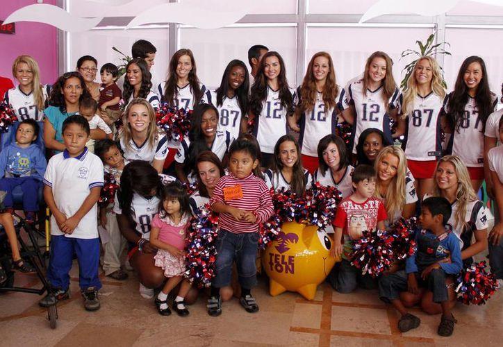 Las hermosas animadoras del equipo de la NFL posaron para la foto del recuerdo de su visita al CRIT. (Francisco Gálvez/SIPSE)