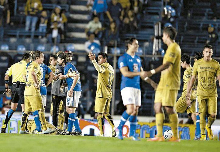 Jugadores de Pumas y Cruz Azul, en el juego de la Jornada 15 que ganó Universidad. (Milenio)