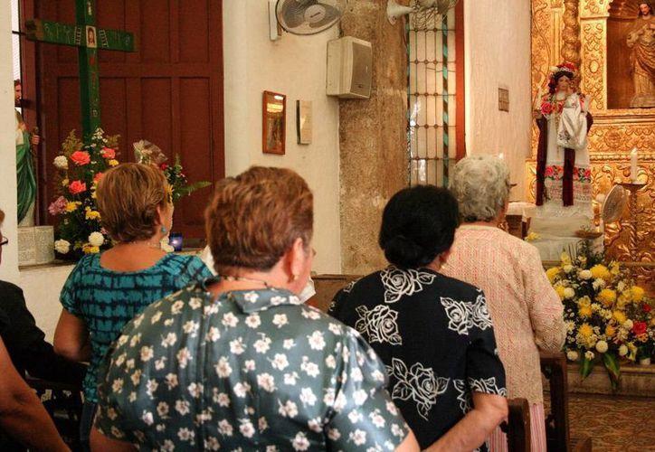 Cientos de feligreses acuden a la parroquia de Nuestra Señora de la Candelaria a festejar su cumpleaños. (Milenio Novedades)