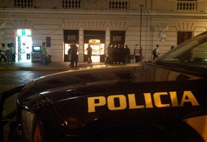 Autoridades realizan las primeras indagatorias en la joyería Colonial, ubicada en pleno centro de la ciudad de Mérida. (Christian Coquet/SIPSE)