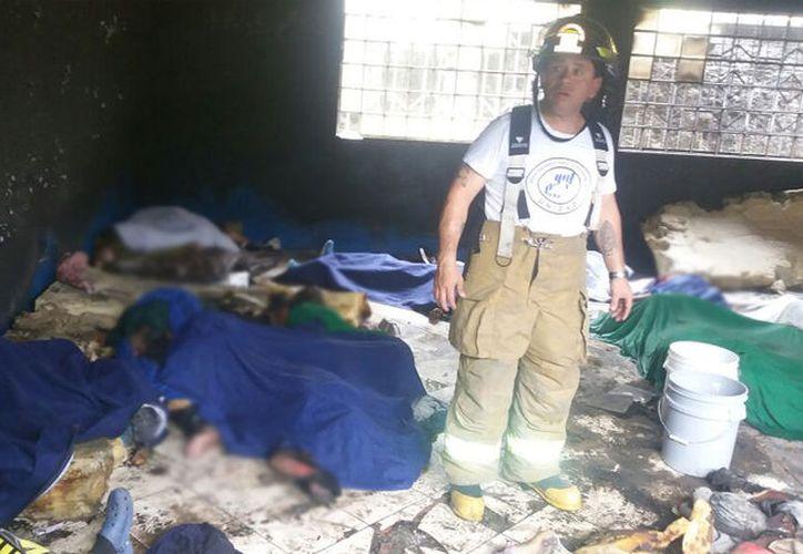 Un bombero dentro de una de las zonas afectadas por el incendio en un albergue para menores en Guatemala. (twitter.com/ronyveliz692)