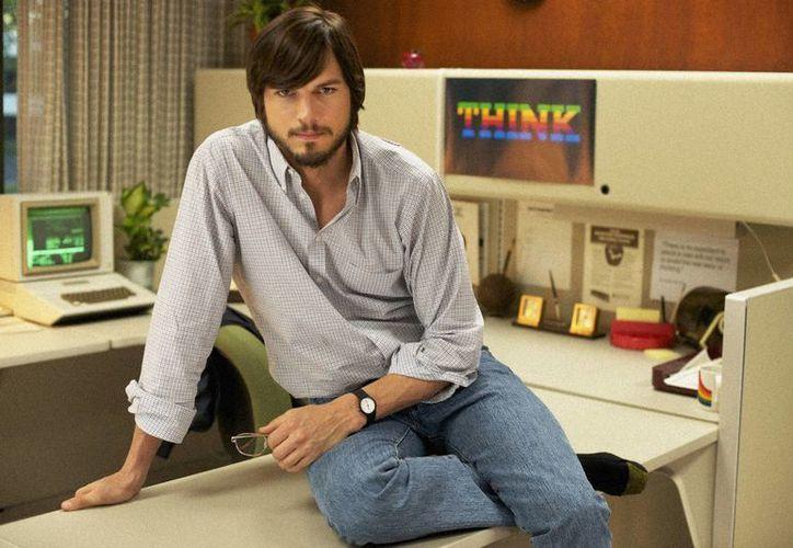 El día de la falsa llamada Ashton Kutcher tuvo que suspender su trabajo. En la imagen, caracterizado como Steve Jobs. (businessinsider.com)