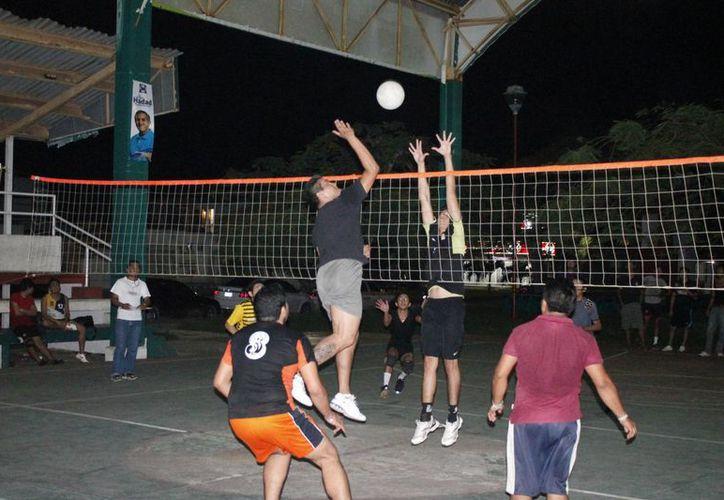 El partido que se disputó la noche del lunes en el domo del parque Aarón Merino Fernández. (Miguel Maldonado/SIPSE)