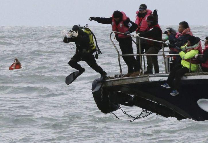 De las personas que iban en una pequeña embarcación, que fue volteada por una ola frente a California, tres murieron. (EFE/Foto de contexto)