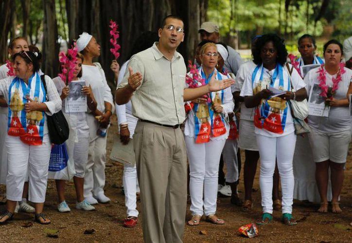 """El disidente cubano Antonio Rodiles habla durante un encuentro del grupo """"Damas de Blanco"""" en La Habana. (Agencias)"""