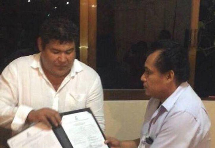 Imagen de Saúl Nava Astudillo al recibir su constancia de alcalde electo del Ayuntamiento de Tixtla, que hoy fue revocada. (Tomada del Facebook de Saúl Nava Astudillo)