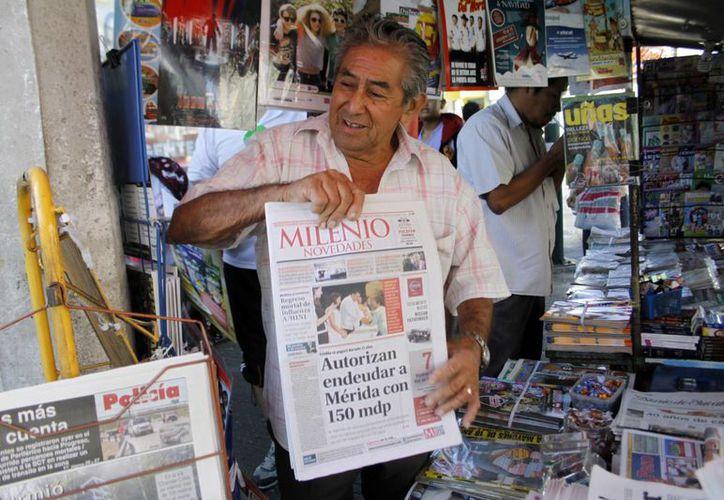 Para el 2017 se planea conseguir permisos para renovar la imagen de los puntos de venta de los voceadores, así como restaurar sus espacios de trabajo. Imagen de contexto de un voceador en el centro de Mérida. (Archivo/SIPSE)