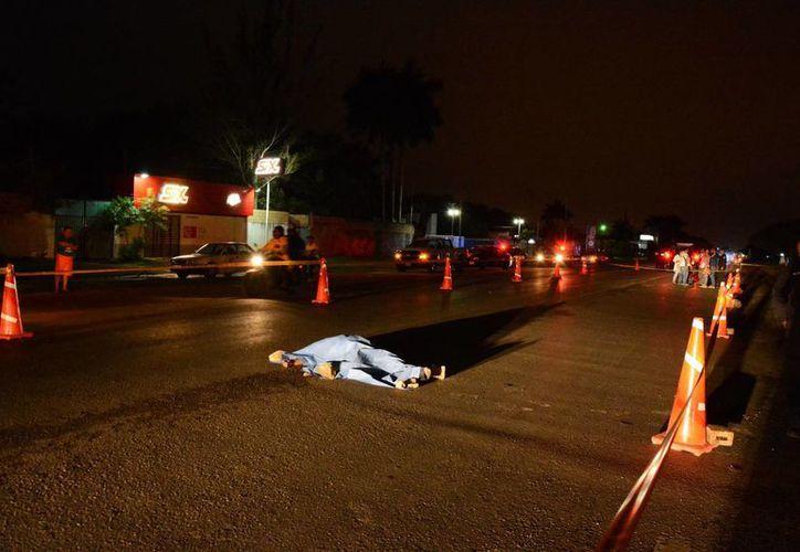 Una mujer que al parecer trataba de cruzar sin precaución la vía Mérida Tixkokob, a la altura de la colonia Flor de Mayo, falleció atropellada en el lugar. (Foto: SIPSE)