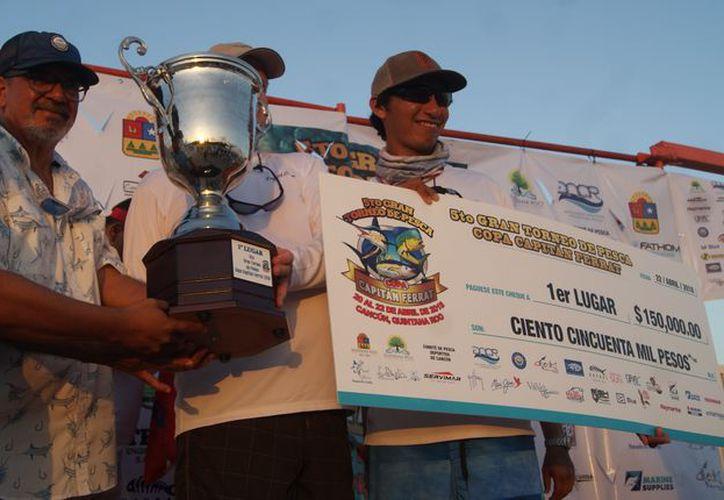 Los tripulantes de la embarcación 'Cristal Blue' que ocupó el primer lugar. (Ángel Villegas/SIPSE)