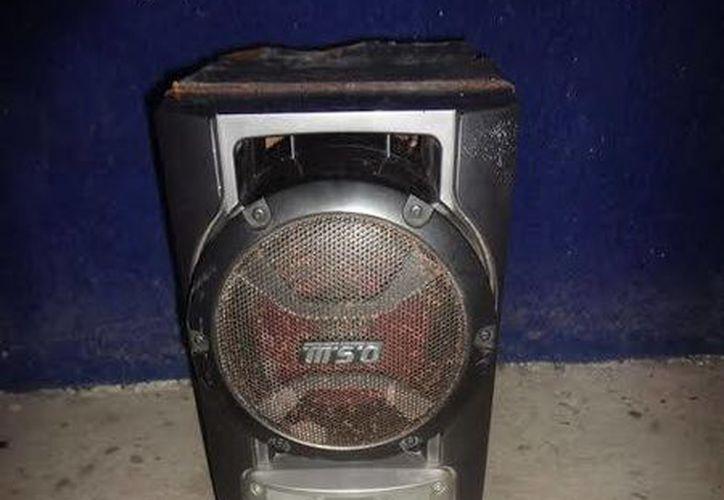 A uno de los detenidos le fue decomisada una bocina de la marca Sony que sustrajo de una casa. (Redacción/SIPSE)