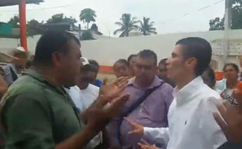 El diputado del PAN Fernando Huerta Cerecedo amenazó con disparar contra pobladores de San Lucas Ojitlán que lo sacudieron al hacerle un reclamo. (Impresión de pantalla)