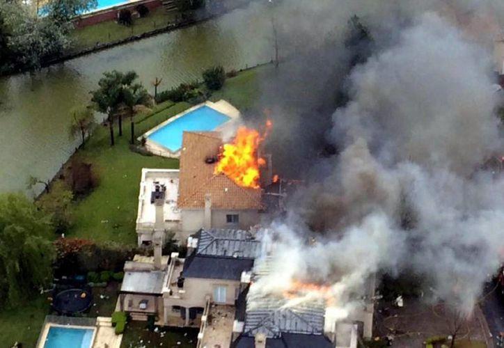 La aeronave, un Beechcraft matrícula LV WLT, cayó sobre una vivienda que, por suerte, estaba deshabitada. El incendio se extendió a otras casas. (Foto tomada de losandes.com.ar quien cita a @ DyN)