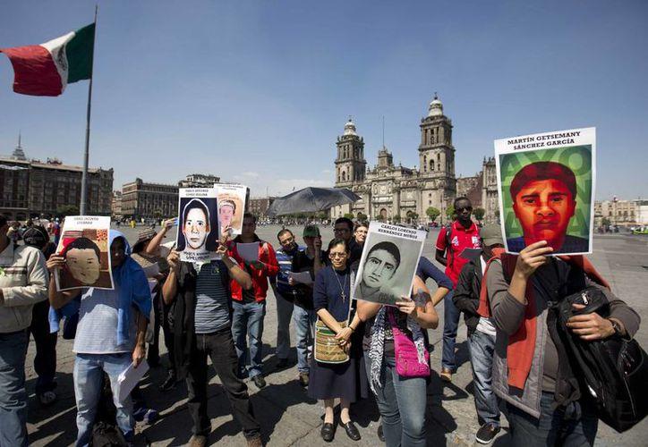 HRW asegura que la investigación por la desaparición de los normalistas de Ayotzinapa está plagada de irregularidades. (AP)