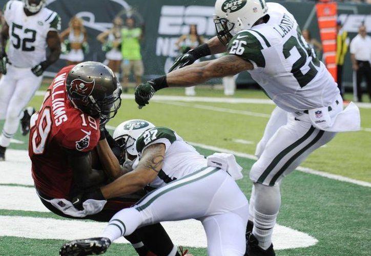 La NFL castigó monetariamente a jugadores de Jets y  Bucaneros por pasarse de violentos en el partido jugado el pasado 8 de septiembre. (Agencias)