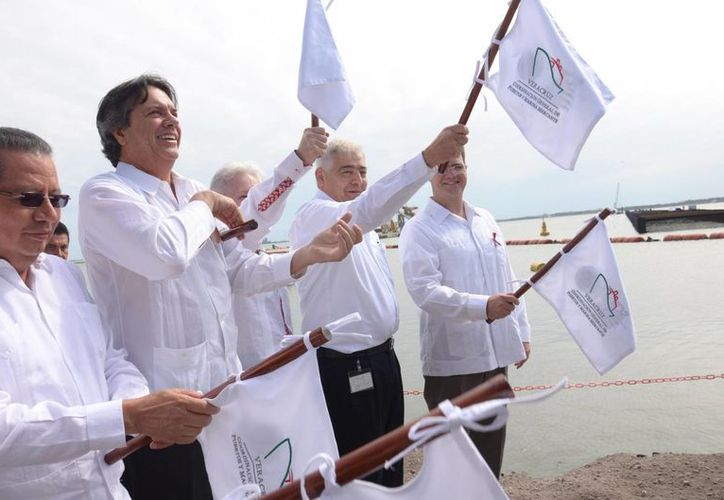 Funcionarios de la Secretaría de Comunicaciones y Transportes encabezaron el inicio de los trabajos del Nuevo Puerto de Veracruz. (SCT)