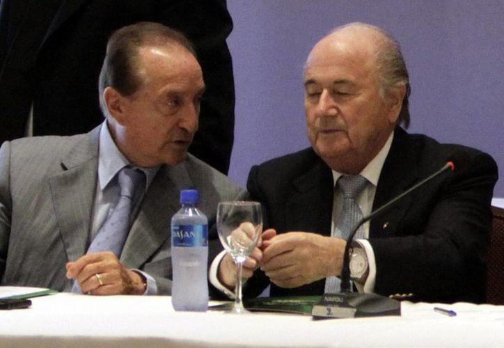 Figueredo (i), recién nombrado presidente de la Conmebol, aparece con Blatter. (EFE/Archivo)