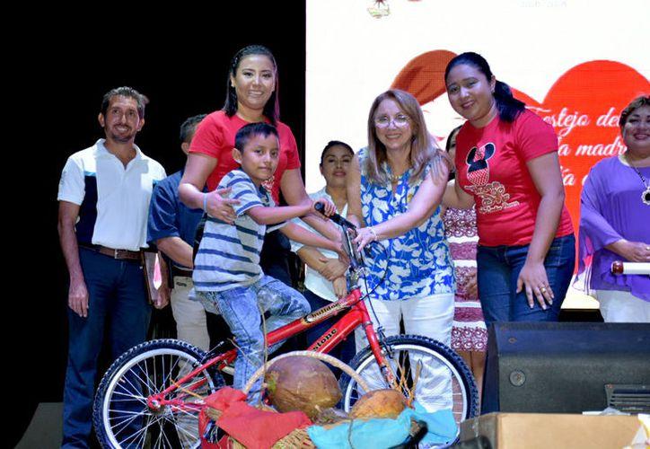 Festejaron a poco más de ocho mil madres convivió ciudadano de la zona maya. (Foto: Redacción / SIPSE)
