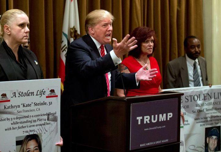 Donald Trump durante su discurso el viernes por la noche en Beverly Hills después de reunirse con familias de personas que fueron asesinadas por indocumentados en Estados Unidos. (Foto: AP)