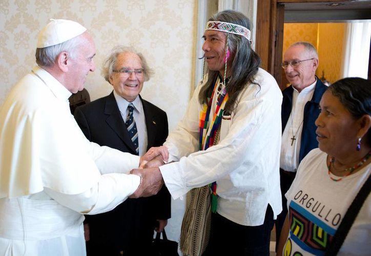 El dirigente de la comunidad indígena Qom de La Primavera de Formosa, denunció al Papa que son víctimas de persecución y violencia. (Agencias)