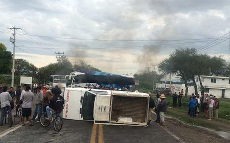 Continúa bloqueada la carretera federal 150 en Tepanco de López